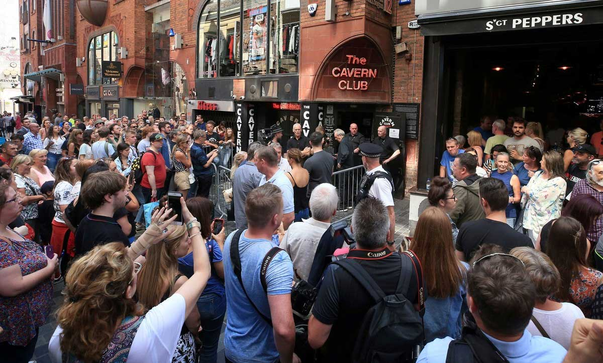 La previa convocó a cientos de personas en la entrada del Cavern Club. (Foto: Peter Byrne/PA Wire/dpa)