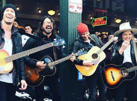 Dave Grohl tocando con sus amigos en Seattle.