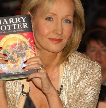 J. K. Rowling junto a su libro